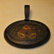 Antigüedades: ANTIGUA BANDEJA DE METAL POLICROMADO CON TAPA Y ASA. Lote 136407070