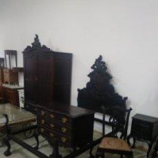 Antigüedades: DORMITORIO MADERA DE CASTAÑO ARMARIO CAMA COMODA MESILLAS Y SILLA. Lote 136439496