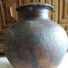Antigüedades: VASIJA GRANDE DE BARRO COCIDO CON INSCRIPCIONES EN PARTE SUP. 39 CM ALT. 31 CM ANCH. LA DE LA FOTO. Lote 136449494