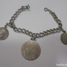 Antigüedades: PULSERA DE PLATA. 18 CM APROX. GRABADO EL NOMBRE DE GRACIA. DOS MONEDAS INGLESAS DE PLATA. 28 GR.VER. Lote 136454598
