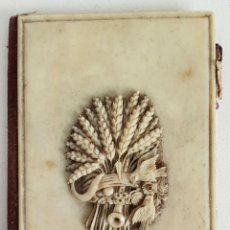 Antigüedades: CARNET DE BAILE O AGENDA. HUESO TALLADO. INTERIOR DE SEDA DE MOIRE. SIGLO XIX-XX. . Lote 136459418