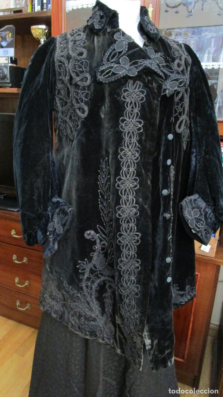 Antiguo abrigo corto de terciopelo con profusión de bordados cordoncillo y cintas. H. 1902- 1904 segunda mano