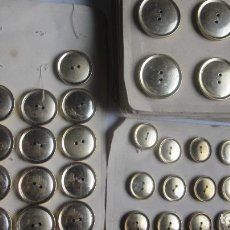 Antigüedades: 105 ANTIGUOS BOTONES METÁLICOS DORADOS PLANOS. Lote 136478074