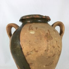 Antigüedades: CURIOSA OLLA O CÁNTARO DE BARRO CON DOS ASAS Y RESTOS DE ESMALTE VERDE EN EXTERIOR. Lote 136488453