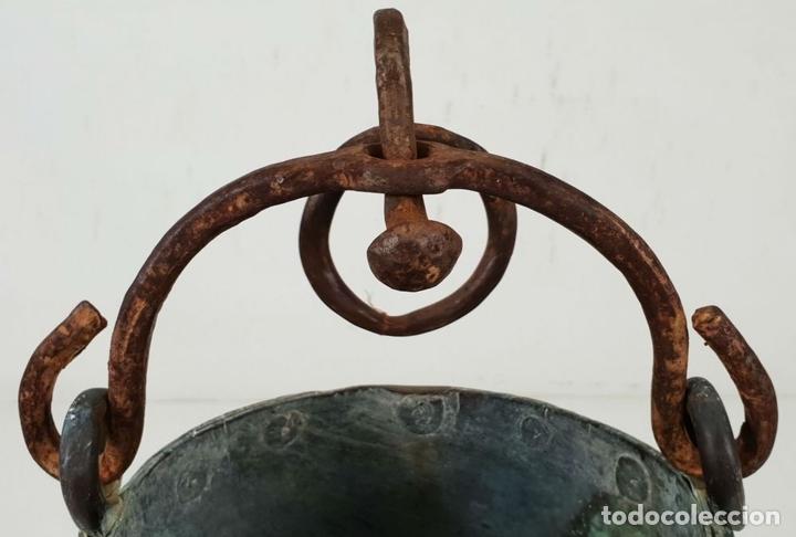 Antigüedades: CALDERO DE FUNDICION. COBRE. ASA DE HIERRO FORJADO. SIGLO XIX. - Foto 5 - 143130674
