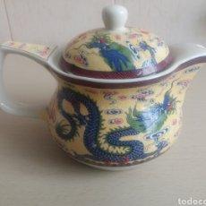 Antigüedades: TETERA DE PORCELANA PINTADA DRAGON CHINO. Lote 136580517