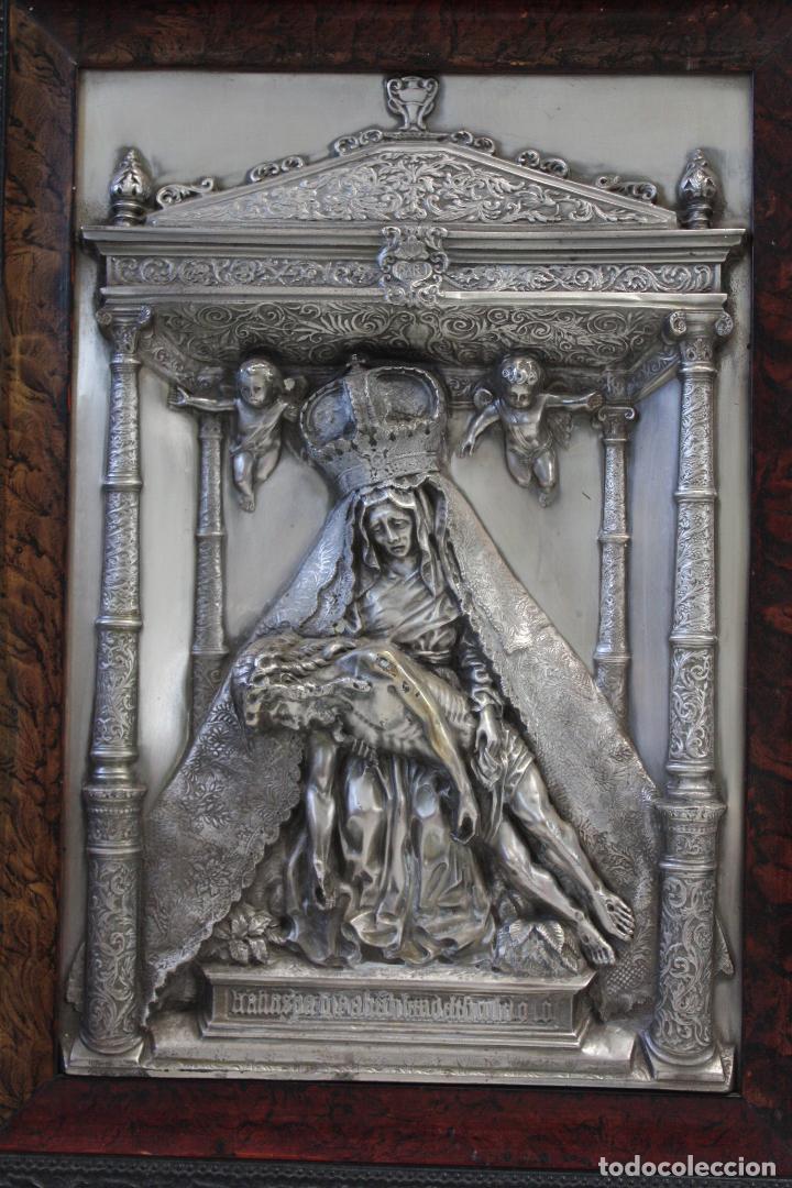 ANTIGUO CUADRO RELIGIOSO, VIRGEN CON CRISTO DE COBRE PLATEADO Y REPUJADO. FIRMADO, MORERA. (Antigüedades - Religiosas - Orfebrería Antigua)