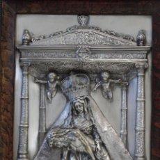 Antigüedades: ANTIGUO CUADRO RELIGIOSO, VIRGEN CON CRISTO DE COBRE PLATEADO Y REPUJADO. FIRMADO, MORERA. . Lote 136635334