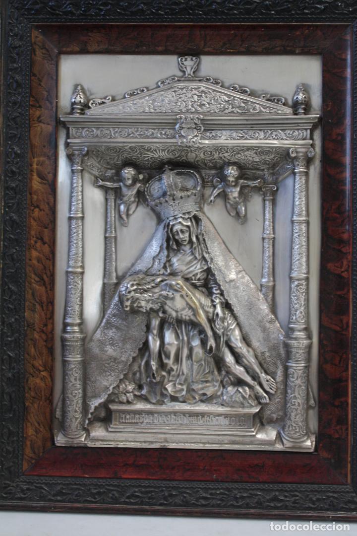 Antigüedades: ANTIGUO CUADRO RELIGIOSO, VIRGEN CON CRISTO DE COBRE PLATEADO Y REPUJADO. FIRMADO, MORERA. - Foto 2 - 136635334
