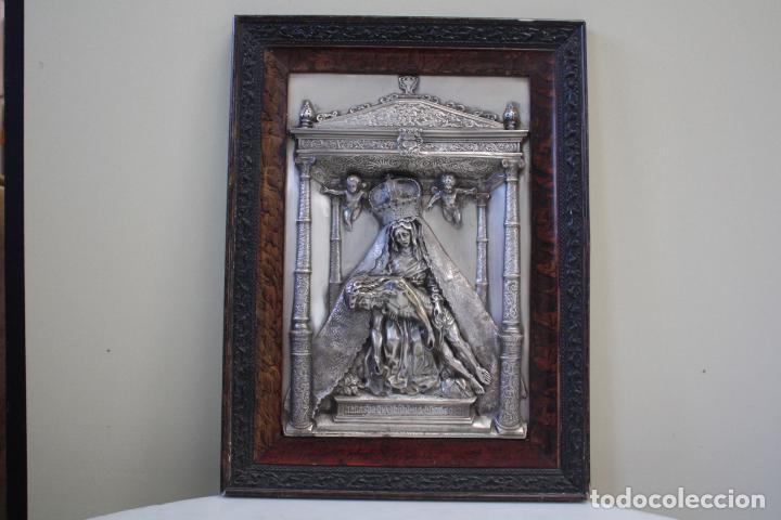 Antigüedades: ANTIGUO CUADRO RELIGIOSO, VIRGEN CON CRISTO DE COBRE PLATEADO Y REPUJADO. FIRMADO, MORERA. - Foto 3 - 136635334
