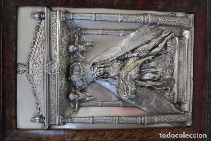 Antigüedades: ANTIGUO CUADRO RELIGIOSO, VIRGEN CON CRISTO DE COBRE PLATEADO Y REPUJADO. FIRMADO, MORERA. - Foto 4 - 136635334