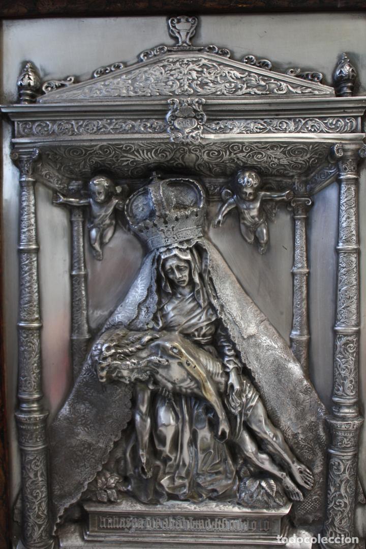 Antigüedades: ANTIGUO CUADRO RELIGIOSO, VIRGEN CON CRISTO DE COBRE PLATEADO Y REPUJADO. FIRMADO, MORERA. - Foto 5 - 136635334