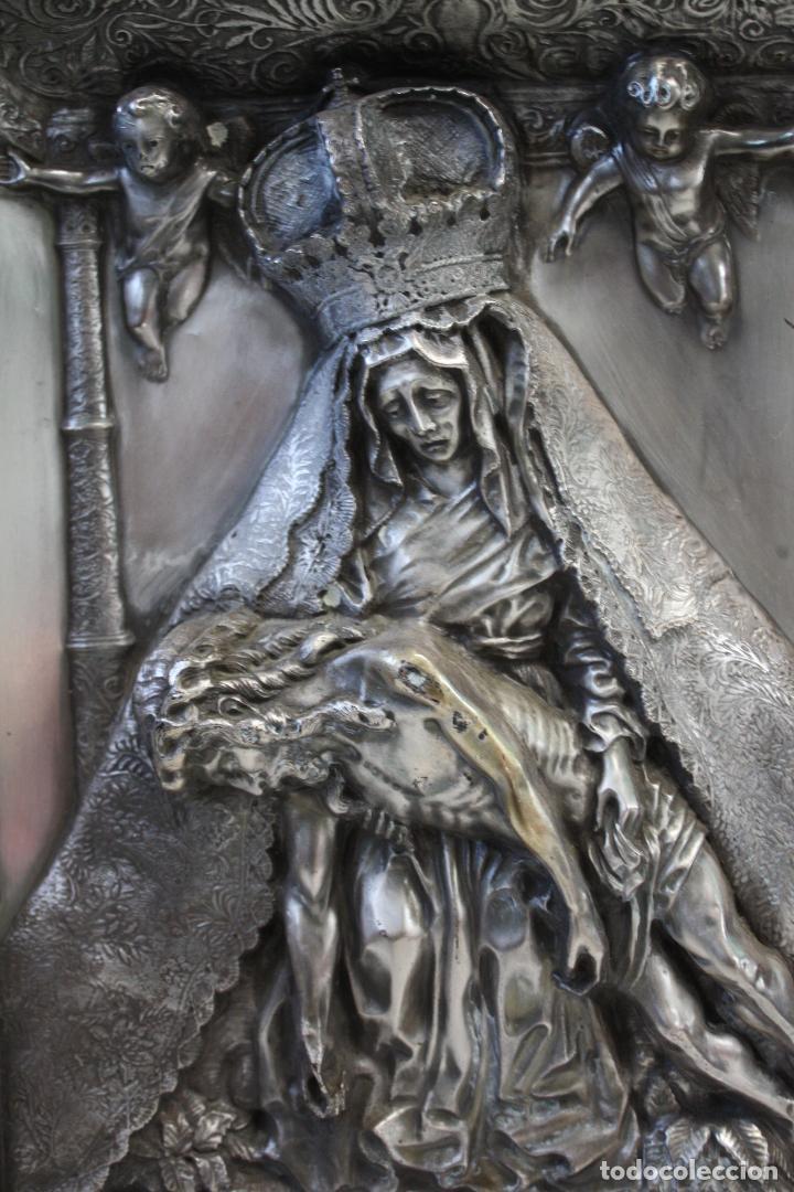 Antigüedades: ANTIGUO CUADRO RELIGIOSO, VIRGEN CON CRISTO DE COBRE PLATEADO Y REPUJADO. FIRMADO, MORERA. - Foto 6 - 136635334