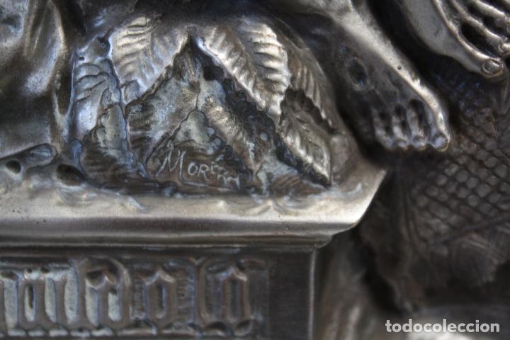 Antigüedades: ANTIGUO CUADRO RELIGIOSO, VIRGEN CON CRISTO DE COBRE PLATEADO Y REPUJADO. FIRMADO, MORERA. - Foto 8 - 136635334