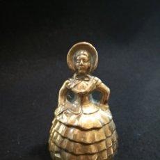 Antigüedades: CAMPANA DE BRONCE EN FORMA DE MUJER. Lote 136685405