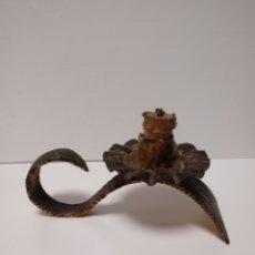 Antigüedades: ANTIGUO PORTA VELAS O CANDELABRO RUSTICO. Lote 136739596