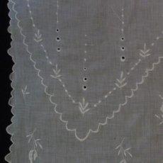 Antigüedades: ANTIGUA PIEZA DE MUSELINA BORDADA S.XX. Lote 136740906