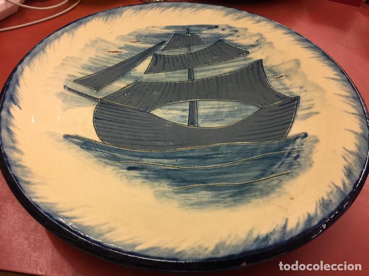 Antigüedades: Precioso plato de ceramica esmaltada, con ilustracion de velero y gaviotas. Mide aprox 28cms de diam - Foto 2 - 136743298