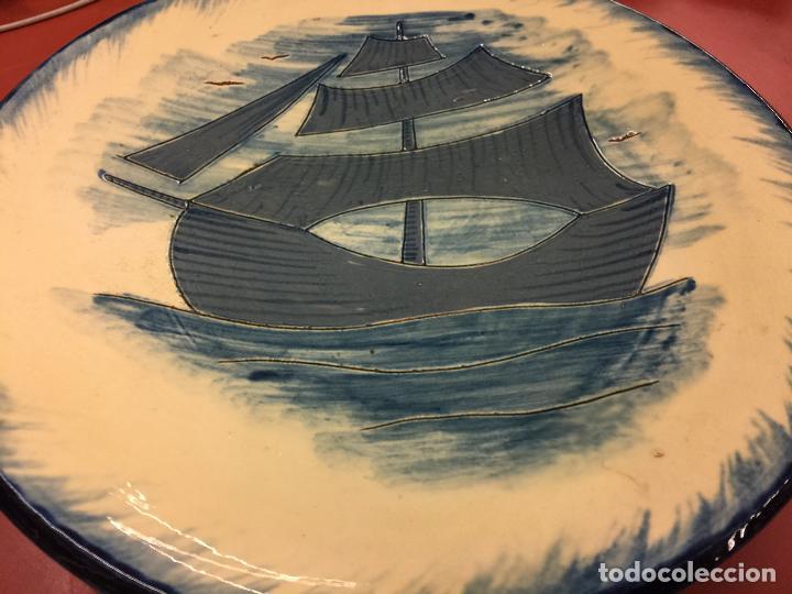Antigüedades: Precioso plato de ceramica esmaltada, con ilustracion de velero y gaviotas. Mide aprox 28cms de diam - Foto 3 - 136743298