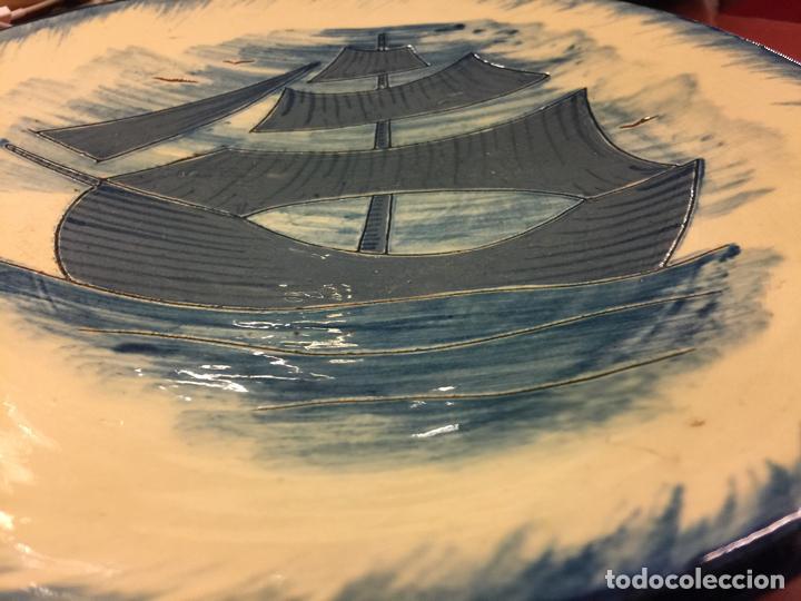 Antigüedades: Precioso plato de ceramica esmaltada, con ilustracion de velero y gaviotas. Mide aprox 28cms de diam - Foto 5 - 136743298