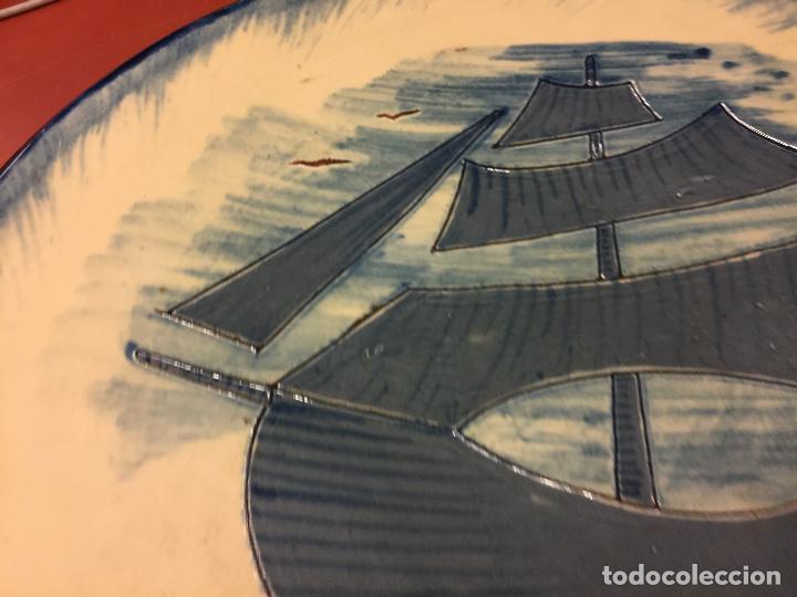 Antigüedades: Precioso plato de ceramica esmaltada, con ilustracion de velero y gaviotas. Mide aprox 28cms de diam - Foto 6 - 136743298