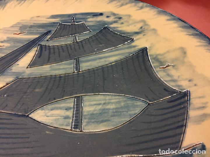 Antigüedades: Precioso plato de ceramica esmaltada, con ilustracion de velero y gaviotas. Mide aprox 28cms de diam - Foto 7 - 136743298