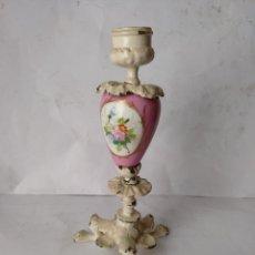 Antigüedades: ANTIGUO PORTAVELA - CANDELABRO , SIGLO XIX , METAL Y PORCELANA. Lote 136747630