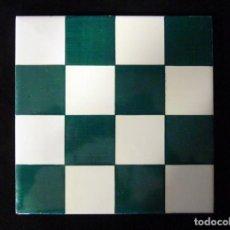 Antigüedades: AZULEJO AJEDREZADO. VERDE MANGANESO Y BLANCO. POSIBLEMENTE ONDA (CASTELLÓN) 20 X 20 CM. SELLO ESTREL. Lote 136774066
