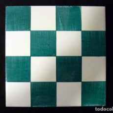 Antigüedades: AZULEJO AJEDREZADO. VERDE MANGANESO Y BLANCO. POSIBLEMENTE ONDA (CASTELLÓN) 20 X 20 CM. SELLO ESTREL. Lote 136774178