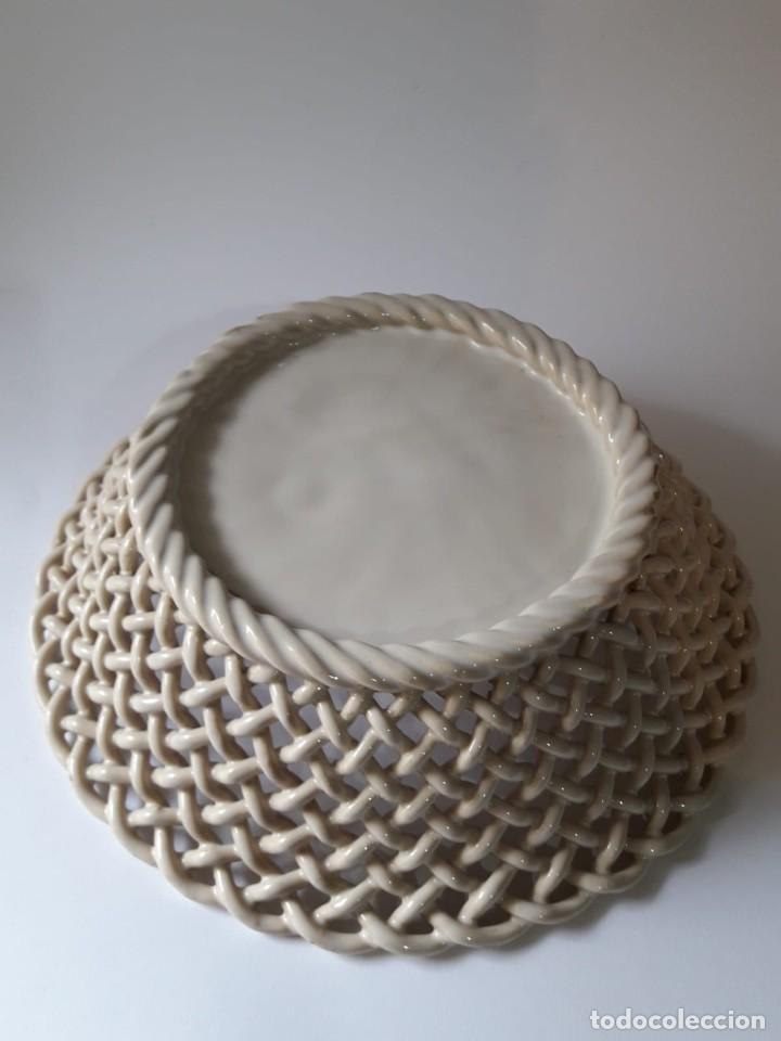 Antigüedades: Centro cesta trenzado en cerámica esmaltada con fondo en bajo relieve. Alcora ? Siglo XIX - Foto 3 - 136809366