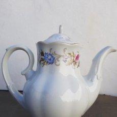 Antigüedades: CAFETERA ANTIGUA EN PORCELANA SELLADA. Lote 136811982