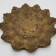 Antigüedades: VACIABOLSILLOS ANTIGUO INDIO EN BRONCE CON GRABADOS, ESMALTES, ACABADO EN PUNTAS .. Lote 136817586