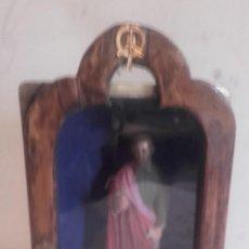 Antigüedades: PRECIOSA CAPILLITA CON SANTO DENTRO, OJOS DE CRISTAL. Lote 136856586