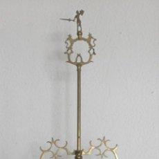 Antigüedades: ANTIGUA LAMPARA ACEITE CANDIL QUINQUE VELON DE SOBREMESA EN BRONCE CON SEIS BRAZOS – ALTURA 92 CM. Lote 137136998