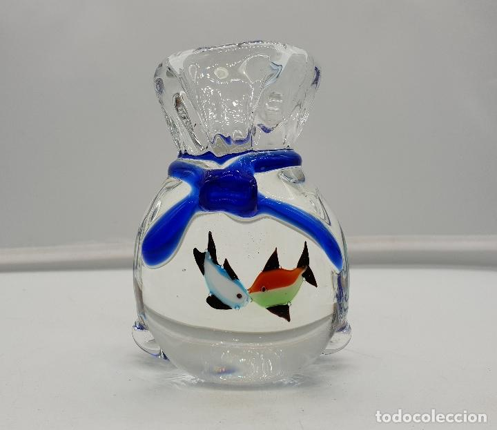 Antigüedades: Pisapapeles original antiguo en cristal de murano con forma de saco con peces de colores besándose . - Foto 5 - 137203998