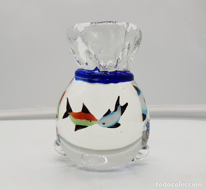 Antigüedades: Pisapapeles original antiguo en cristal de murano con forma de saco con peces de colores besándose . - Foto 3 - 137203998