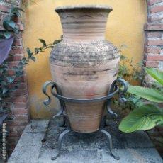 Antigüedades: ANFORA DE BARRO, CON SOPORTE DE HIERRO. Lote 137216454