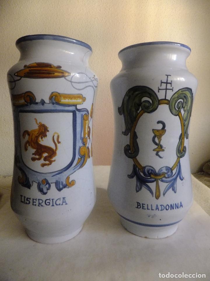 2 ALBARELO TARRO BOTE FARMACIA TALAVERA. CON ESCUDO MONJES JERÓNIMOS Y FARMACEÚTICOS,NOMBRE DROGA (Antigüedades - Porcelanas y Cerámicas - Talavera)
