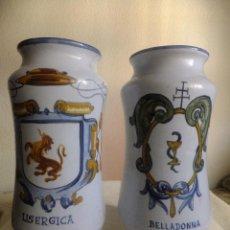 Antigüedades: 2 ALBARELO TARRO BOTE FARMACIA TALAVERA. CON ESCUDO MONJES JERÓNIMOS Y FARMACEÚTICOS,NOMBRE DROGA. Lote 137260874
