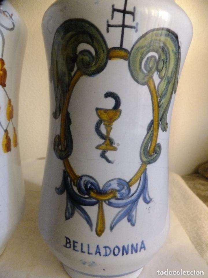 Antigüedades: 2 albarelo tarro bote farmacia Talavera. con escudo monjes jerónimos y farmaceúticos,nombre droga - Foto 3 - 137260874
