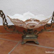 Antigüedades: CENTRO DE PORCELANA Y METAL DORADO.. Lote 137309154
