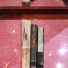 Antigüedades: LOTE DE 3 ABANICOS DE CELULOIDE Y MADERA CON TONOS MARRONES 23CM 23.5CM Y 27.5CM. Lote 137376006