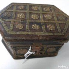 Antigüedades: CAJA CAJITA JOYERO MADERA Y ADORNOS EN LATON O COBRE. Lote 137401998