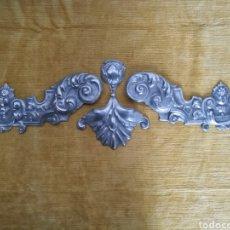 Antigüedades: PIEZAS DE METAL REPUJADO. Lote 137425010