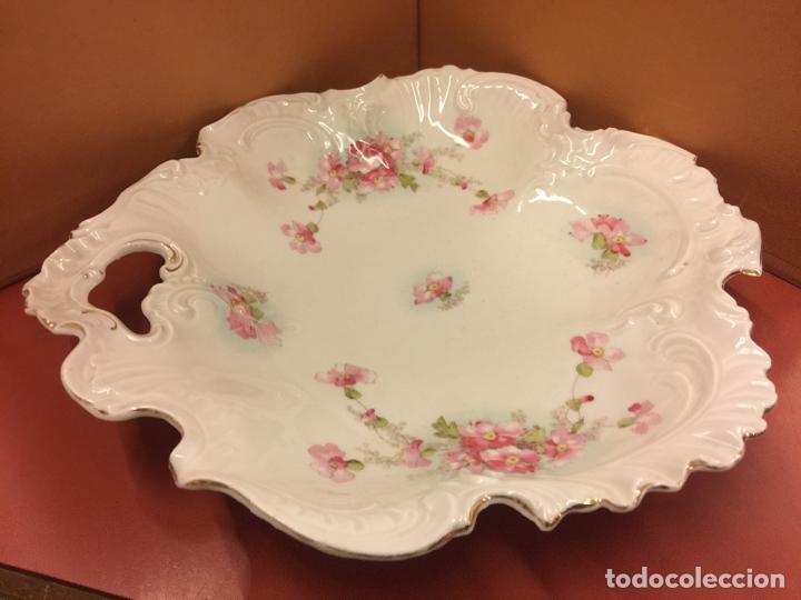 Antigüedades: Encantadora fuente, bandeja o ensaladera en porcelana de gran tamaño y numerada en la base. Limoges? - Foto 2 - 256077600