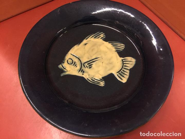 PRECIOSO PLATO DE CERAMICA PINTADO A MANO, PEZ O PESCADO. IMPECABLE (Antigüedades - Porcelanas y Cerámicas - La Bisbal)