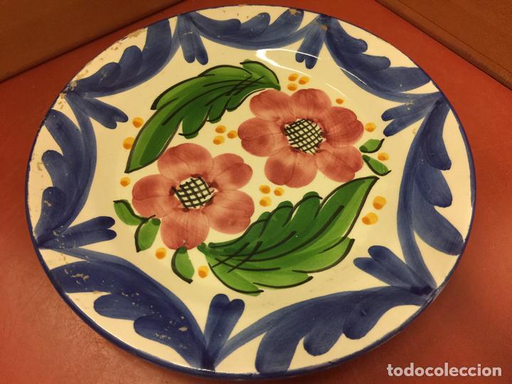 ANTIGUO PLATO DE CERAMICA VIDRIADA, PINTADO A MANO, MOTIVOS FLORALES (Antigüedades - Porcelanas y Cerámicas - La Bisbal)