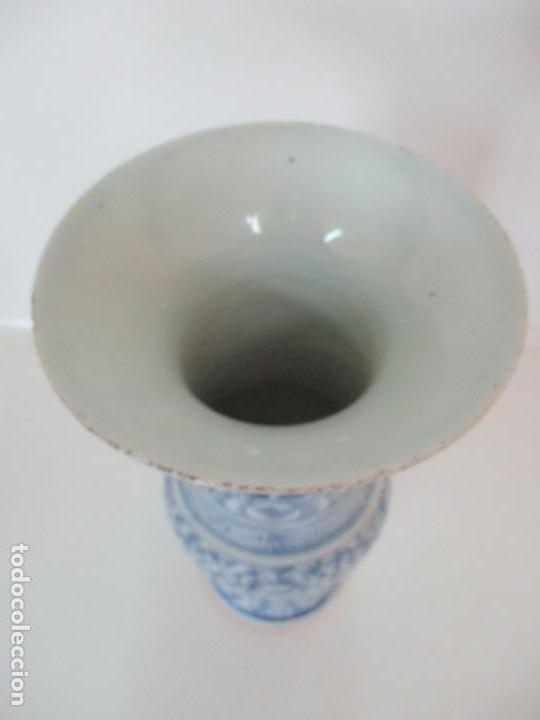 Antigüedades: Bonito Jarrón - Porcelana China - Serie Azul - Detalles con Flores - Dinastía Qing - Foto 5 - 137525278