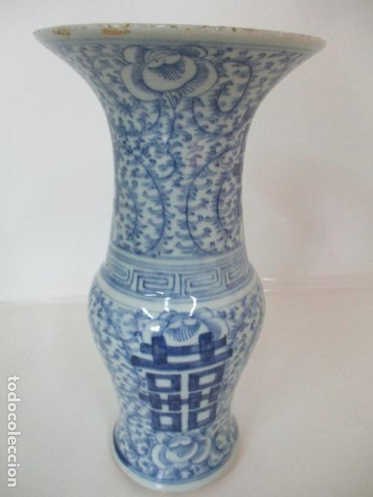 Antigüedades: Bonito Jarrón - Porcelana China - Serie Azul - Detalles con Flores - Dinastía Qing - Foto 7 - 137525278