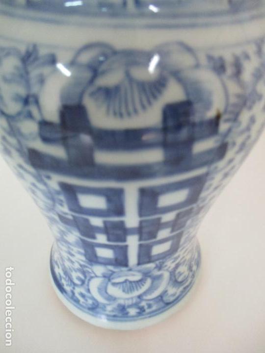 Antigüedades: Bonito Jarrón - Porcelana China - Serie Azul - Detalles con Flores - Dinastía Qing - Foto 8 - 137525278